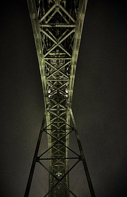 Portugal, Porto, Douro, Part of Dom Luis I Bridge seen at night - p300m2144231 by Michael Reusse (alt)