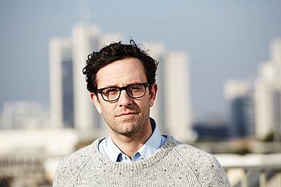 Portrait of man wearing glasses - p300m2213756 by Jo Kirchherr