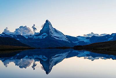 Europe, Switzerland, Valais, Zermatt, Matterhorn (4478m), Stellisee lake - p652m1166897 by Christian Kober