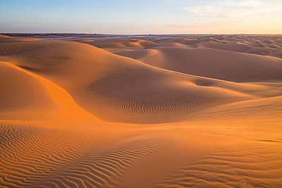 Sunset in the giant sand dunes of the Sahara Desert, Timimoun, western Algeria, North Africa - p871m2101246 by Michael Runkel