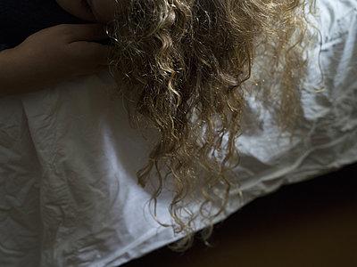 Blond curls - p945m1497396 by aurelia frey