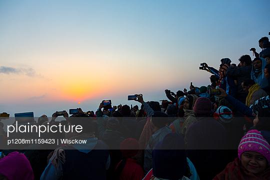 Menschenmenge fotografiert Sonnenaufgang - p1208m1159423 von Wisckow