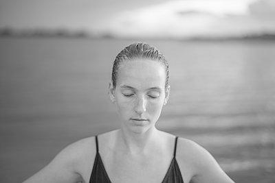 Portrait of young woman in bikini - p552m2194518 by Leander Hopf
