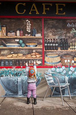Caucasian girl standing on sidewalk admiring mural on wall - p555m1482101 by Adam Hester