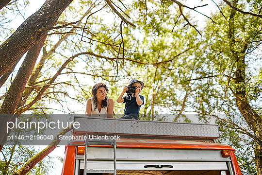 Little boy on rooftop of mobile home taking pictures - p1146m2196048 by Stephanie Uhlenbrock