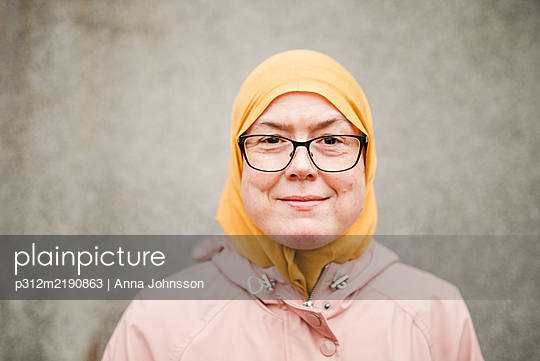 Portrait of woman wearing hijab - p312m2190863 by Anna Johnsson