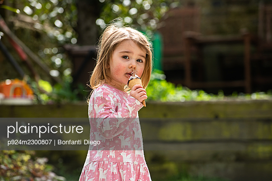 UK, Portrait of girl (2-3) with ice cream cone - p924m2300807 by Bonfanti Diego