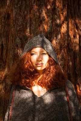 Portrait am Baumstamm - p045m1184816 von Jasmin Sander