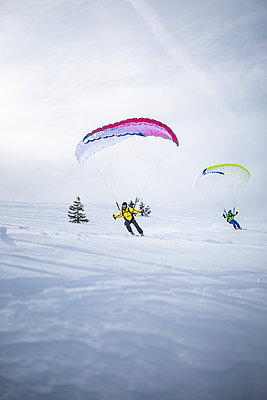 France, Men practicing speed riding in the snow - p1007m2216538 by Tilby Vattard