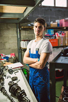 Portrait of confident mechanic in his workshop - p300m1587598 von Ramon Espelt