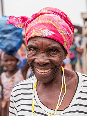 Laughing senior woman wearing headscarf - p390m2032039 by Frank Herfort