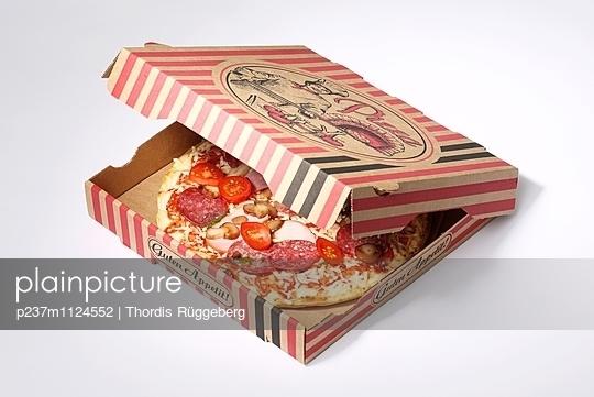 Pizza im Karton - p237m1124552 von Thordis Rüggeberg