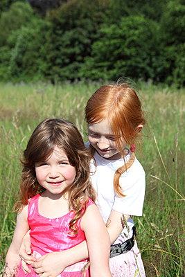 Mädchen in der Natur - p045m944627 von Jasmin Sander