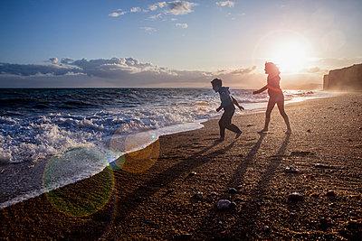 Geschwister am Strand - p1057m1476684 von Stephen Shepherd