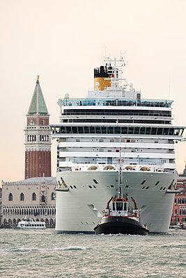 Riesiges Kreuzfahrtschiff vor dem Dogenpalast und Campanile vom Markusplatz, Venedig I - p1493m1585631 von Alexander Mertsch
