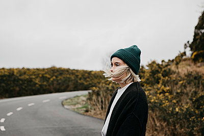 UK, Scotland, Isle of Skye, young woman on country road - p300m2104032 by letizia haessig photography