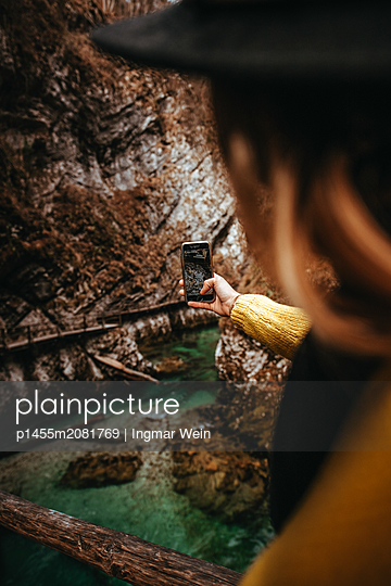 Frau fotografiert die Schlucht - p1455m2081769 von Ingmar Wein