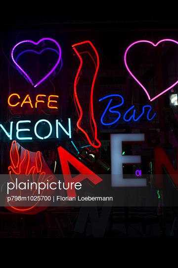 Neonlicht - p798m1025700 von Florian Loebermann