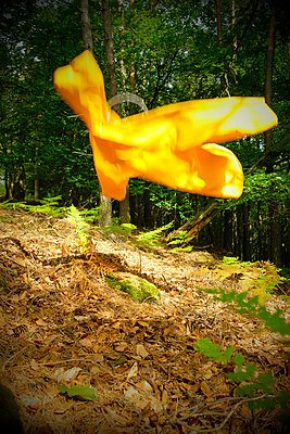 Fliegende gelbe Regenjacke - p260m2222604 von Frank Dan Hofacker