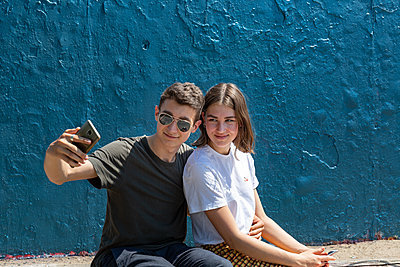Young couple making selfie - p294m2132934 by Paolo