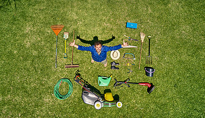 View from above of a gardener in standing on meadow with all the tools he need for take care of garden - p300m2156758 by Veam