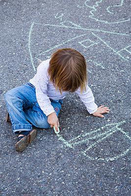 Germany;  Baden-Wuerttemberg;  little girl drawing with crayon on asphalt - p300m838550f by Larissa Veronesi