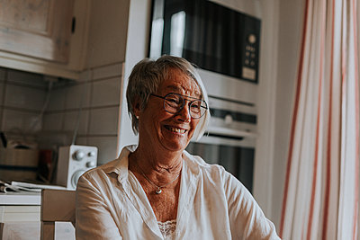 Smiling woman looking away - p312m2191273 by Jennifer Nilsson