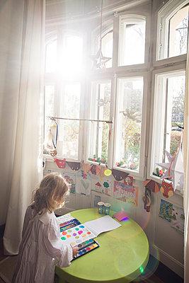 Mädchen beim Basteln - p712m1160027 von Jana Kay