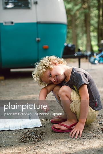 Kleiner Junge vor Wohnwagen - p1361m1216873 von Suzanne Gipson