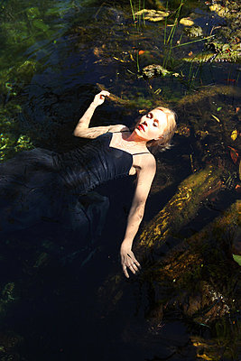 Relaxed in the water - p045m813425 by Jasmin Sander