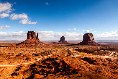 Scenic view of Monument Valley against sky on sunny day - p1094m1209061 by Patrick Strattner