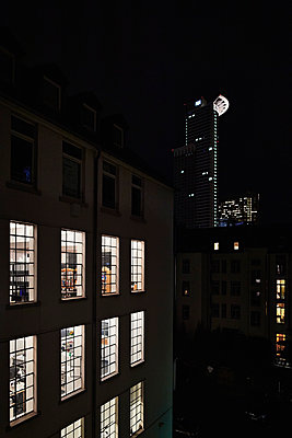 Office building at night - p227m1191148 by Uwe Nölke