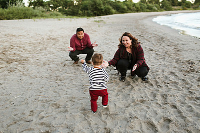 Family on beach with baby boy - p924m1224682 by Jennifer van Son
