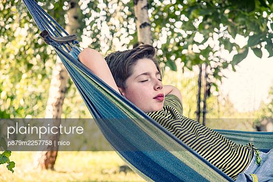 Boy in hammock, portrait - p879m2257758 by nico