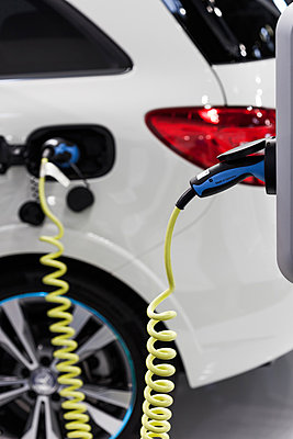 Elektroauto aufladen - p253m881173 von Oscar