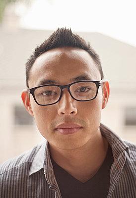 Portrait of young man (23-30) outdoors, Los Angeles, USA - p300m2264511 von LOUIS CHRISTIAN
