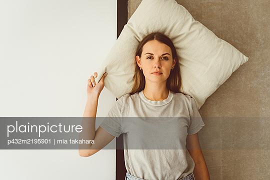 Junge Frau mit Schlafproblemen - p432m2195901 von mia takahara