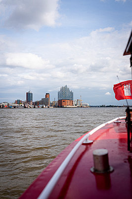 Barke rides on the Elbe to the Elbphilharmonie - p1076m2122436 by TOBSN