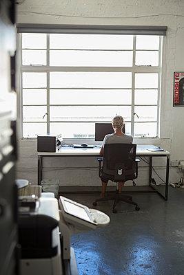 Frau am Arbeitsplatz - p1156m1572767 von miep