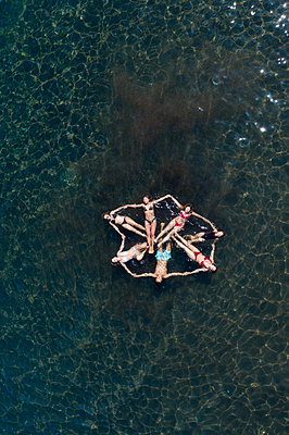 Young people have fun in the water, aerial view - p1437m2283302 by Achim Bunz