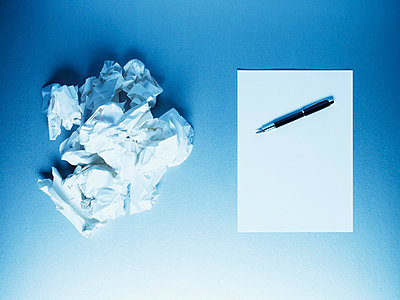 Crumpled paper balls with notepad and fountain pen - p6417744f by Martin Barraud
