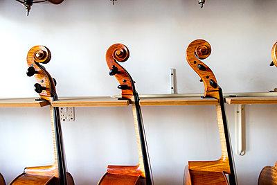 Celli beim Geigenbauer - p1212m1203243 von harry + lidy