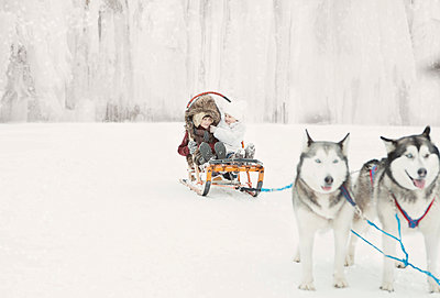Children on the sled - p1476m2027003 by Yulia Artemyeva