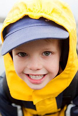 Kleiner Junge mit Regenjacke - p4350133 von Stefanie Grewel