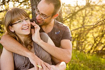 Paar in der Natur - p796m1207210 von Andrea Gottowik