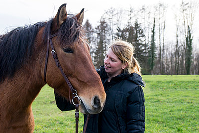 Woman with horse, portrait - p879m2230959 by nico