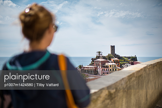 View of vernazza village with a woman - p1007m1424580 by Tilby Vattard