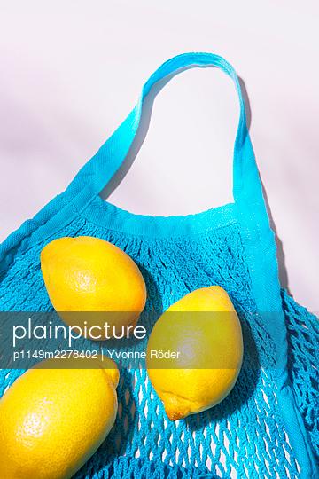 Lemons in string bag - p1149m2278402 by Yvonne Röder