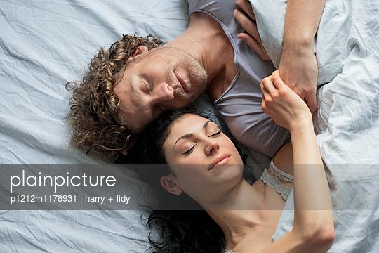 Paar im Bett - draufsicht nah - p1212m1178931 von harry + lidy