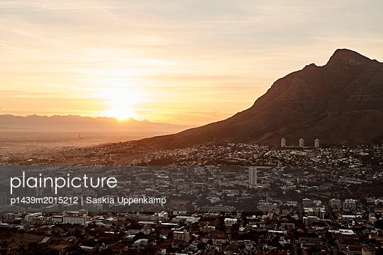 Sonenaufgang über Kapstadt - p1439m2015212 von Saskia Uppenkamp